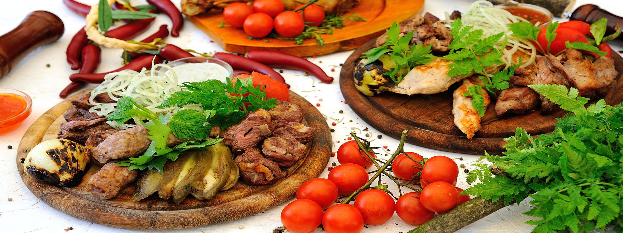Privater Tischgrill mit 10 verschiedenen Sorten Fleisch, Grillgemüse, Grillsaucen und Beilagen
